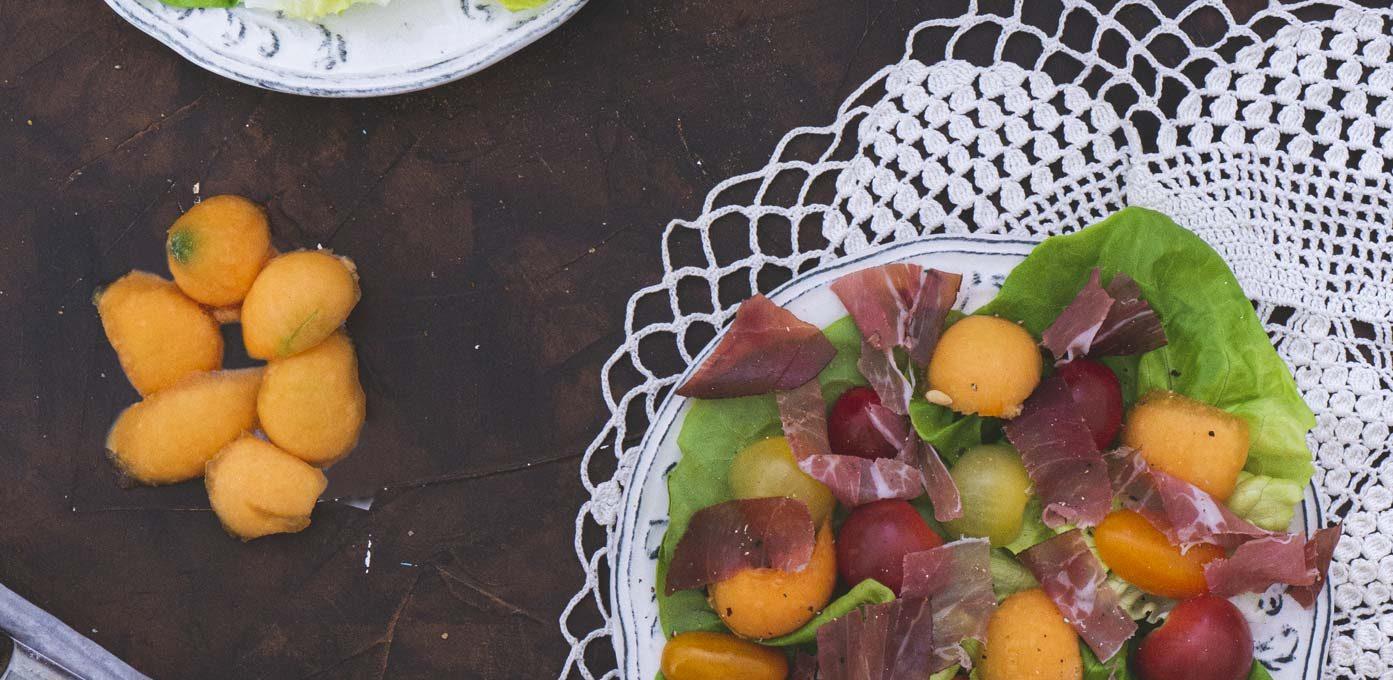 Salade d'été au melon et prosciutto fumé
