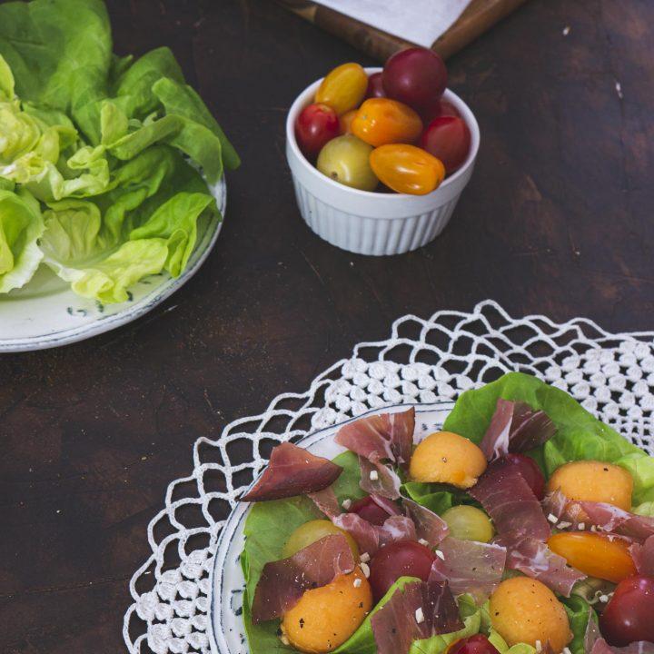 salade-melon-prosciutto-dans-assiette
